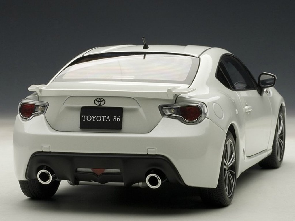 1:18 AUTOart TOYOTA 86 LIMITED (ASIAN VERSION/RHD) (WHITE PEARL) 2012