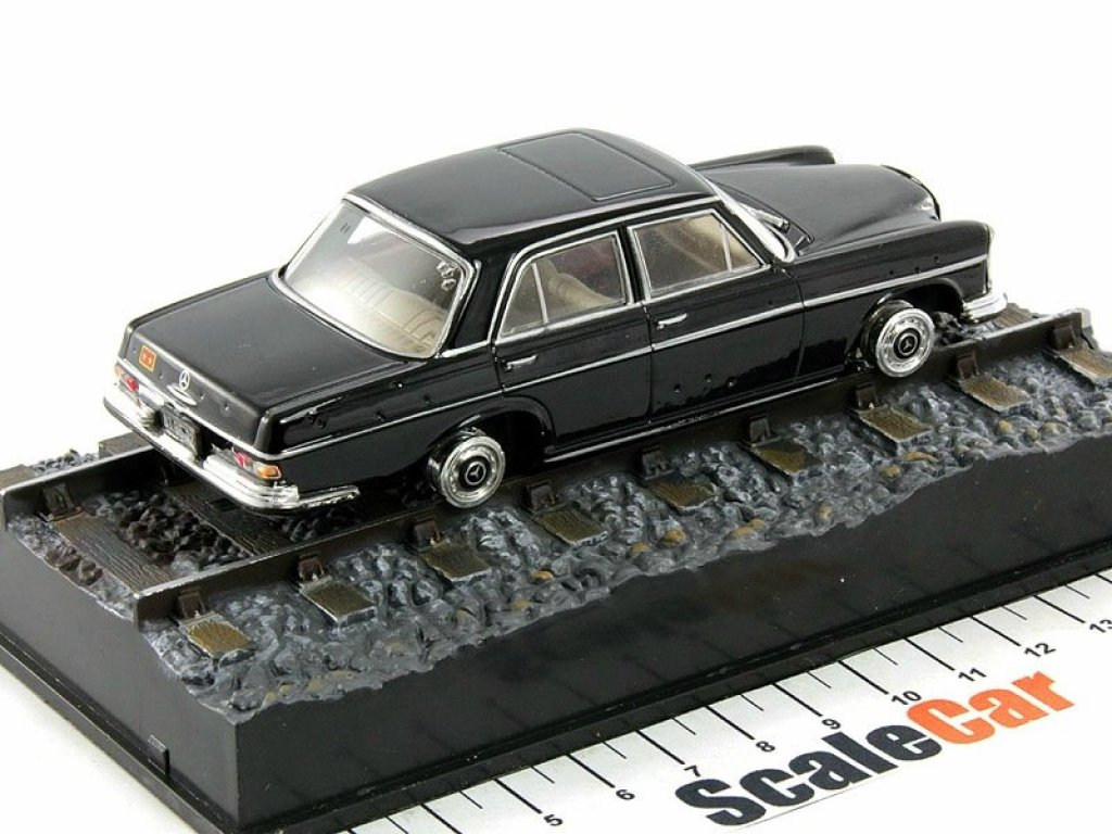 1:43 GE Fabbri Mercedes-Benz 250SE W111 JAMES BOND OCTOPUSSY 1983