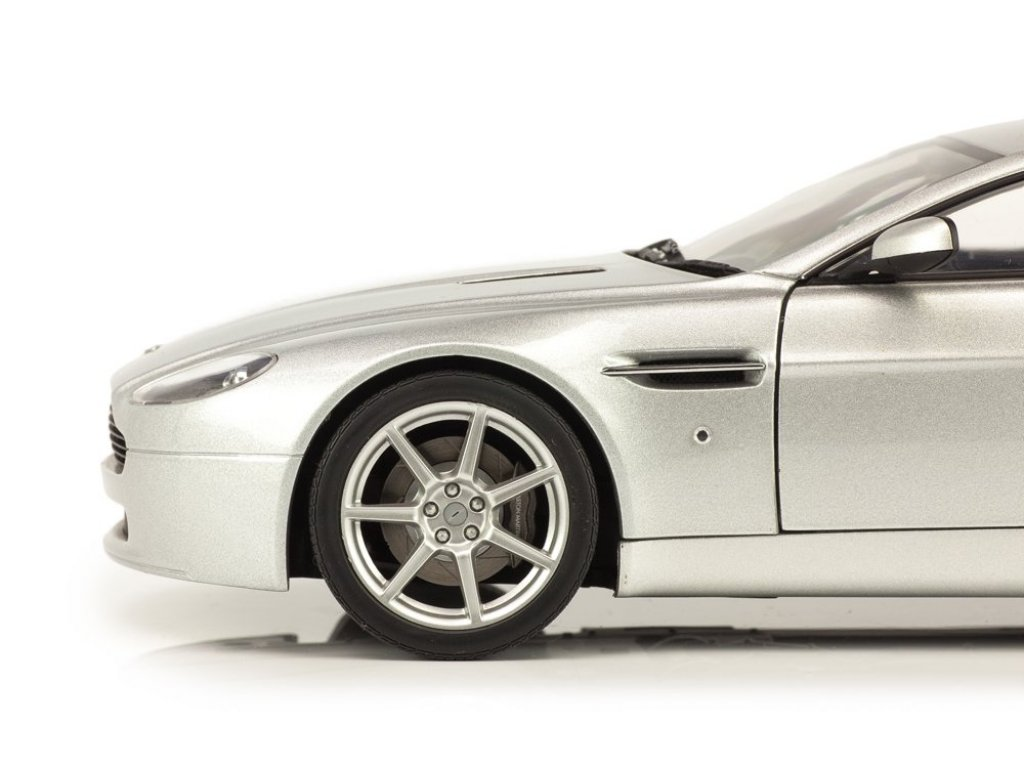 1:18 AUTOart Aston Martin V8 Vantage серебристый