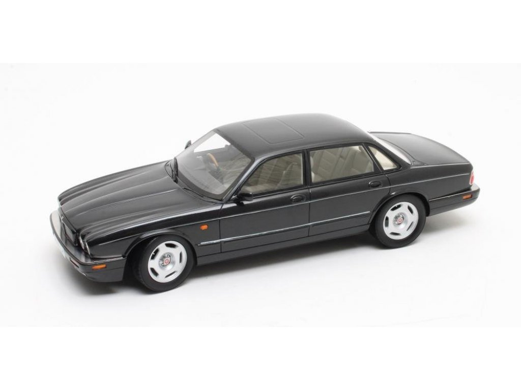 1:18 CULT Scale Models Jaguar XJR (X300) 1995 черный металлик