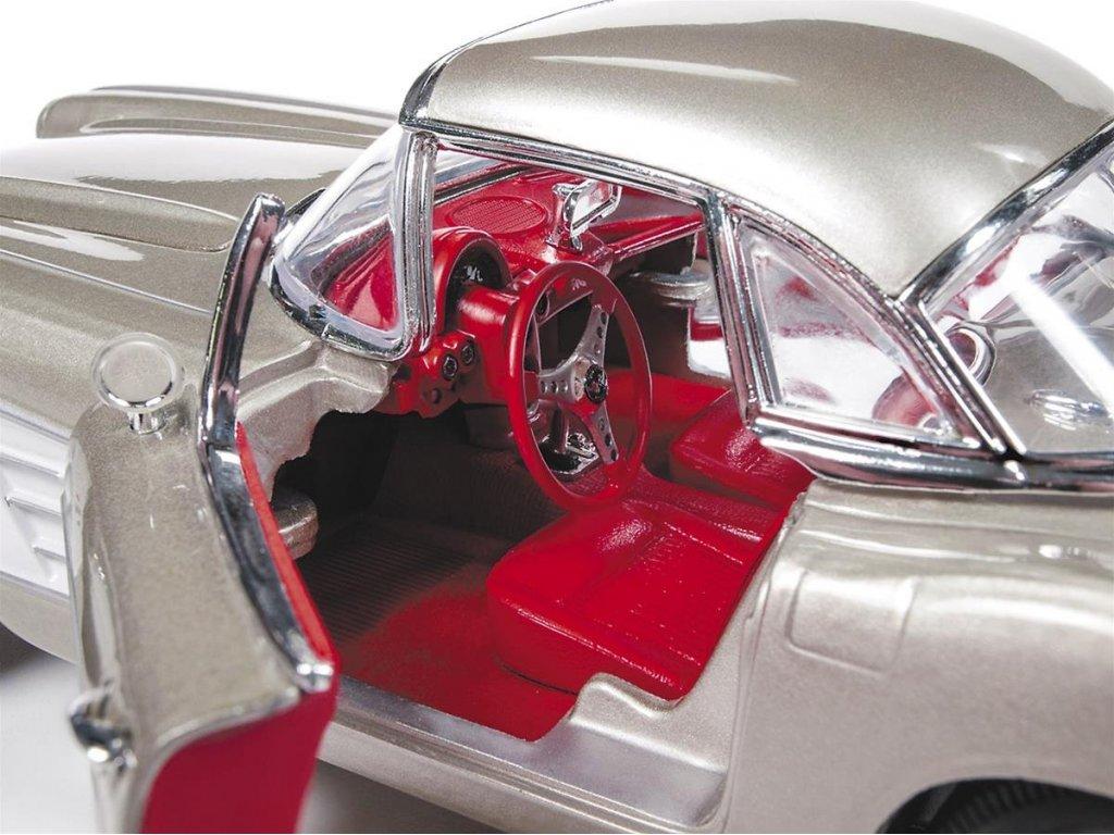 1:18 Auto World Chevrolet Corvette 1961 серый металлик с серебристым