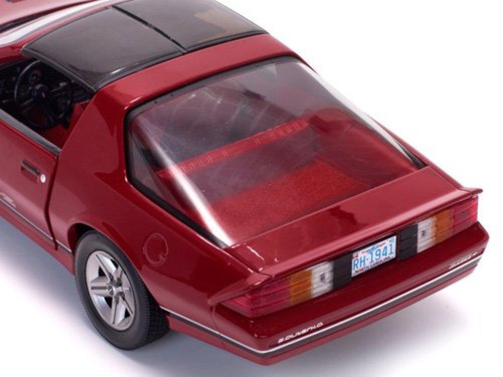 1:18 Sunstar Chevrolet Camaro IROC-Z 1985 красный